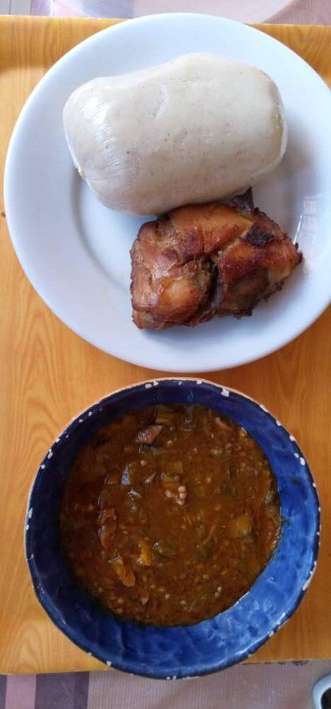 Fufu met kip en saus.