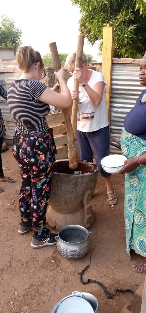 Cassave en yam stampen tot Fufu