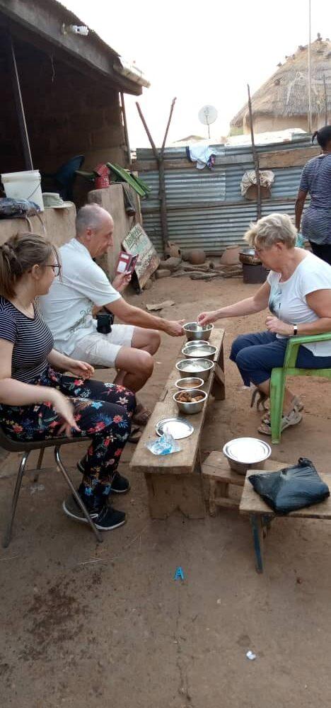 Samen Fufu eten in de compound